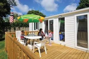Op Duinrell kun je kamperen op de camping en vakantiehuisjes huren.