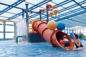 Overdekt zwembad met glijbaan en kinderbad