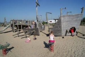 Mooie speeltoestellen speeltuinen en binnenspeeltuin op de camping